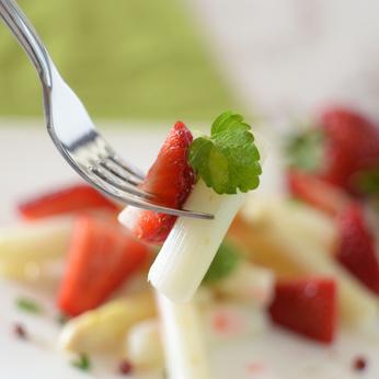 Erdbeer-Spargel-Salat mit Minze